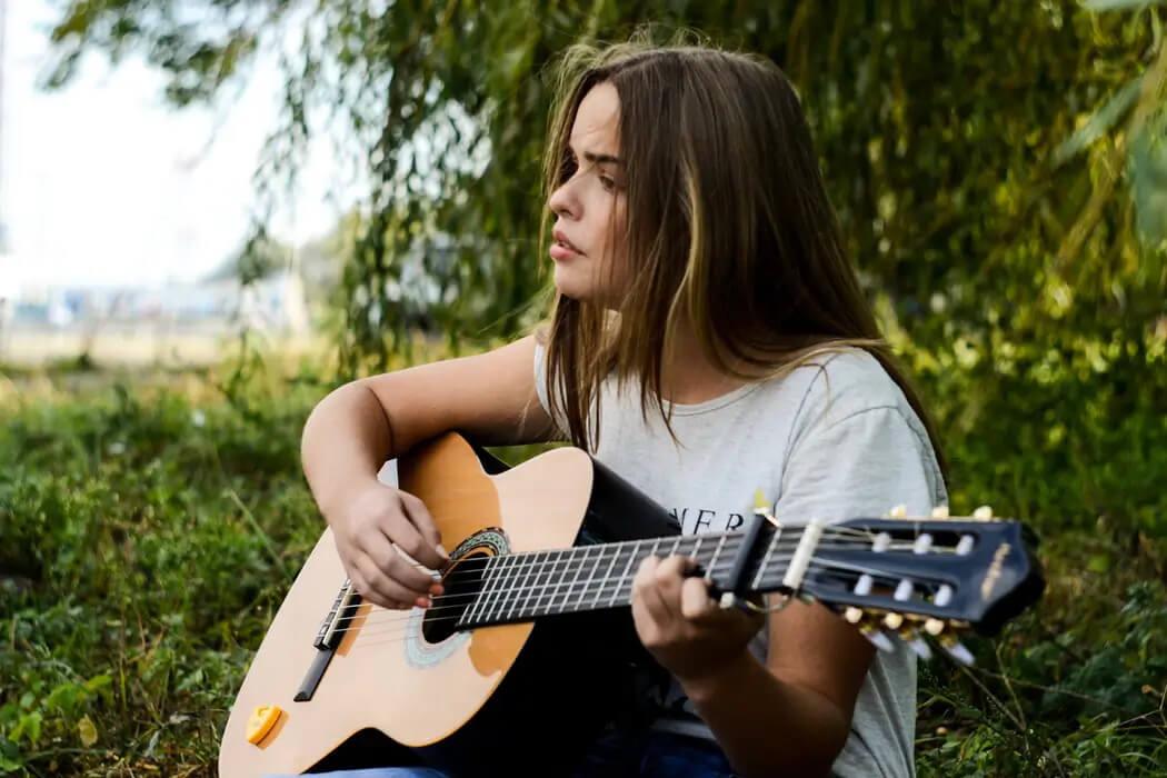 女性のギターシンガーソングライター